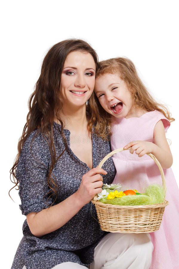 Kind Und Mutter, Die Einen Korb Mit Ostereiern Halten