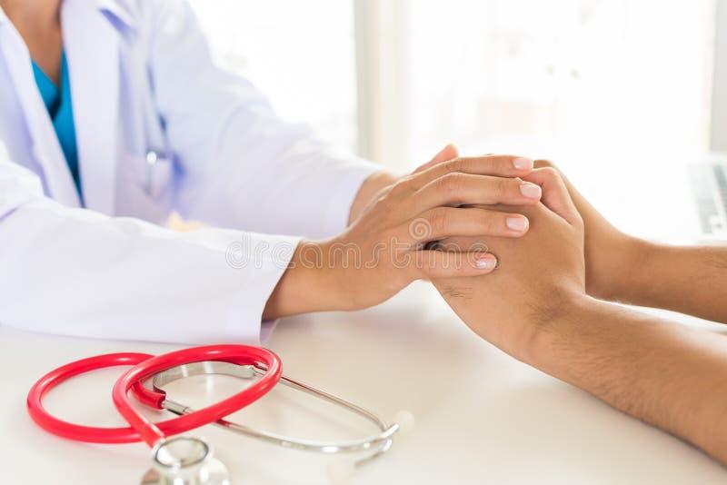 Holding Patient医生` s手 医学和医疗保健概念 免版税库存照片