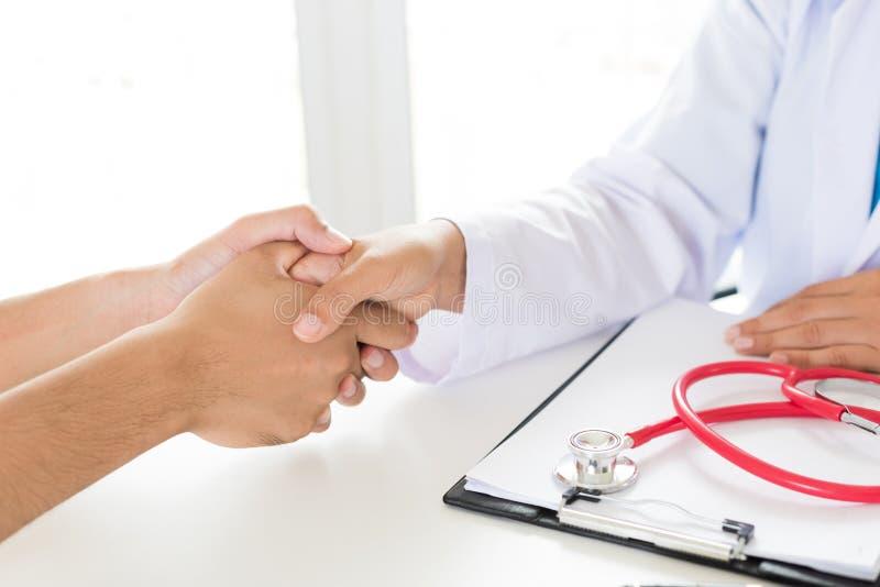 Holding Patient医生` s手 医学和医疗保健概念 免版税库存图片