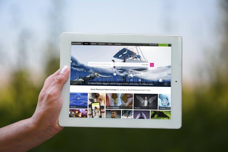 """Holding tablet†""""placeholder voor het werk of portefeuille slideshow stock fotografie"""