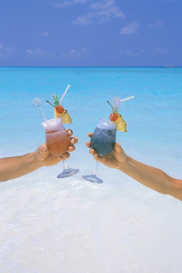holding tropiska maldives för strandcoctailpar royaltyfri foto