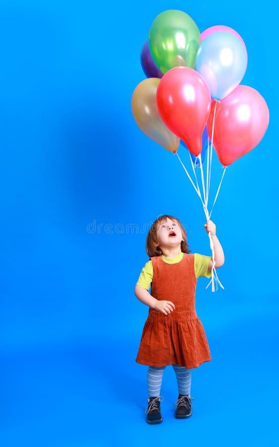 Holdingballone des kleinen Mädchens stockbild