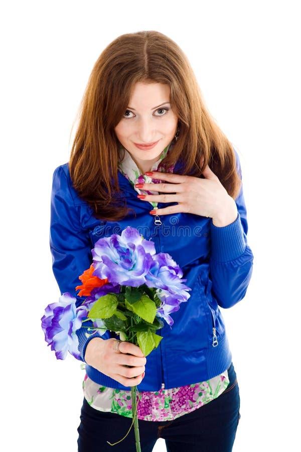 Holdingblumen der jungen Frau lizenzfreies stockfoto