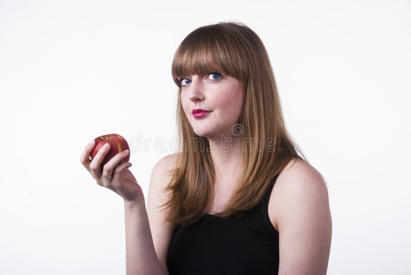 holdingen för äpplebakgrundsgräs isolerade forwhitekvinnan royaltyfri bild