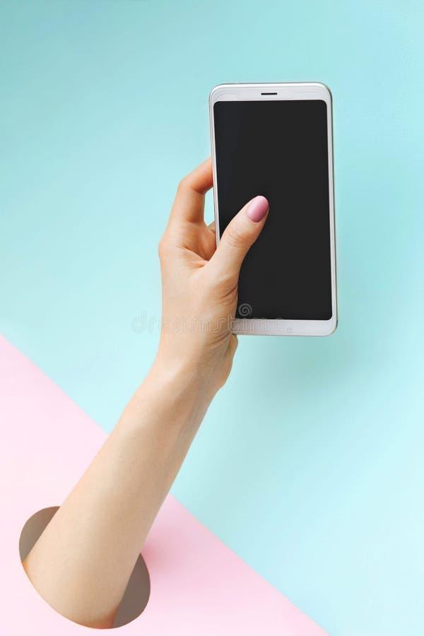 holdingen för bakgrundsgrupphanden bemärker smartphone royaltyfria foton
