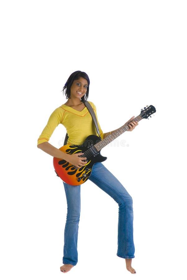 Holdinggitarre und -c$lächeln stockfotos