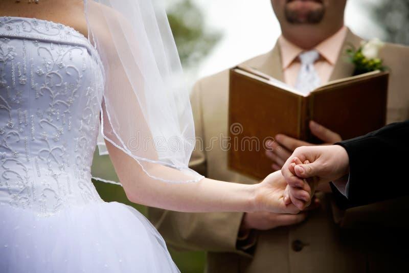 Holdinghände während einer Hochzeitszeremonie stockfoto
