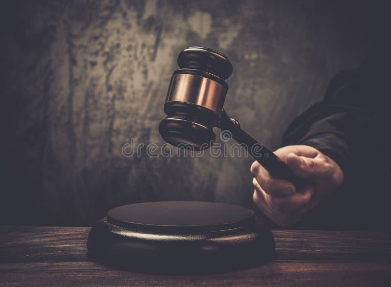 Holdinghammer des Richters stockbilder