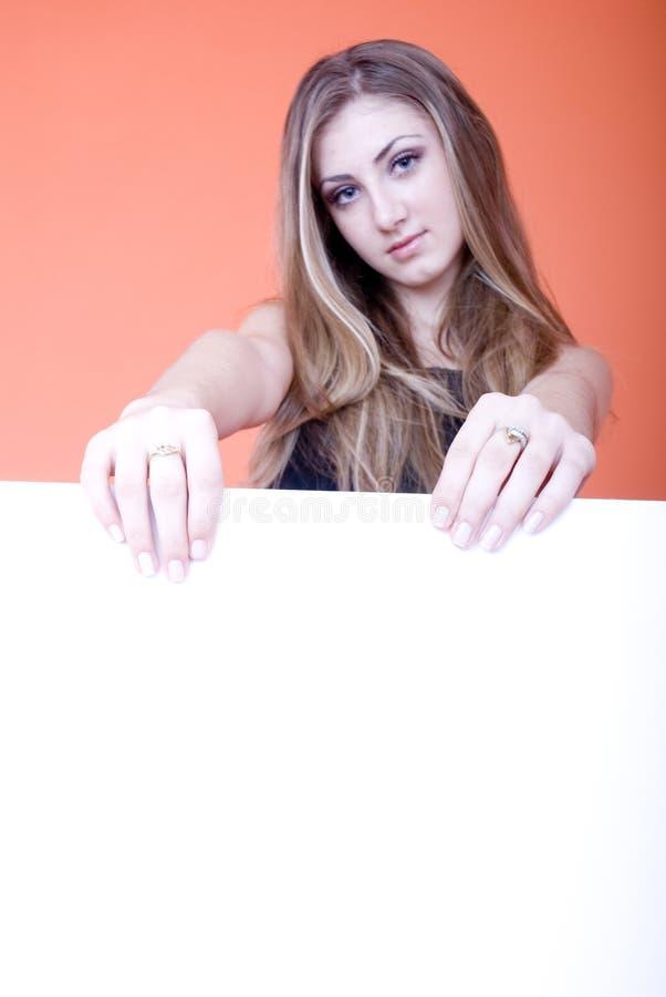 Holdingkarte der jungen Frau lizenzfreies stockfoto