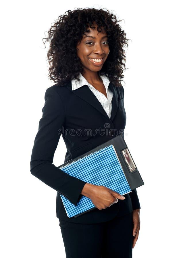Holdingklemmbrett der schwarzen Frau lizenzfreie stockbilder
