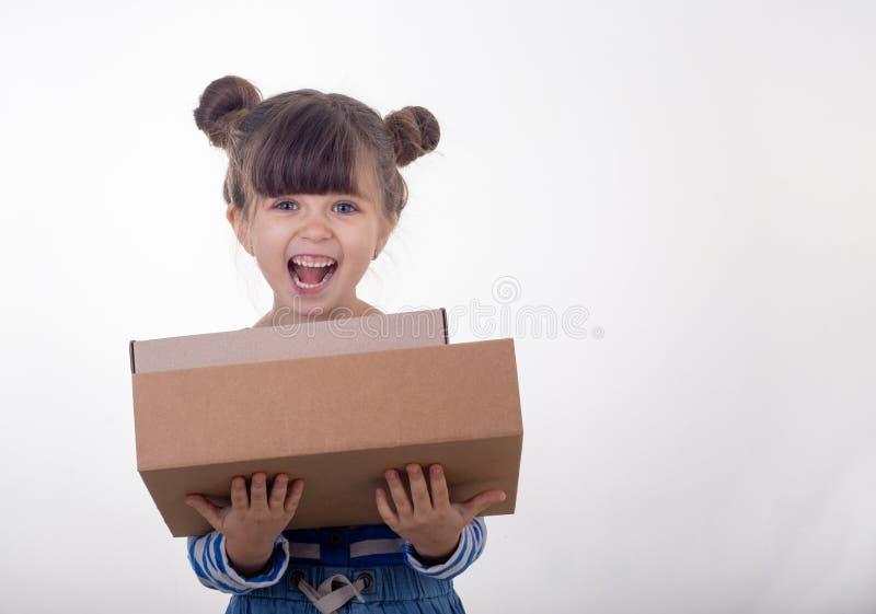 Holdingpyramide des jungen Mädchens von Kartonkästen stockfoto