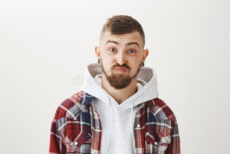 Holdingsadem, die geen woorden hebben om zijn verrassing te beschrijven Portret van knappe grappige Kaukasische kerel met modieus stock foto