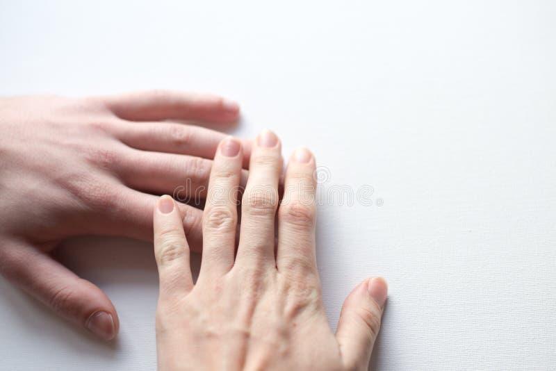 Holdingshanden op witte achtergrond stock foto