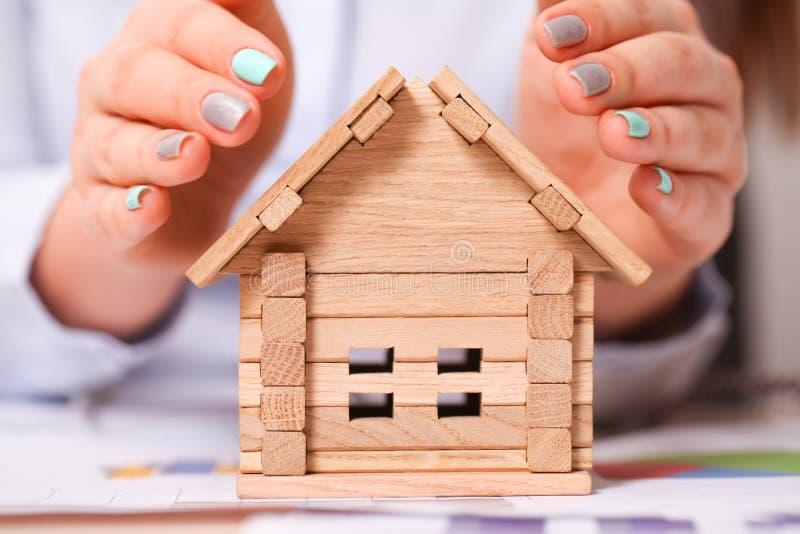 Holdingshuis dat huiseigendom en de Real Estate-zaken vertegenwoordigt royalty-vrije stock afbeelding