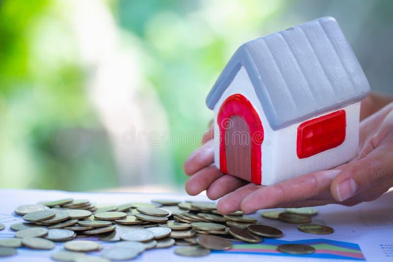 Holdingshuis die onroerende goederen huiseigendom, hypotheek, investering, en bezitsconcept vertegenwoordigen stock afbeelding