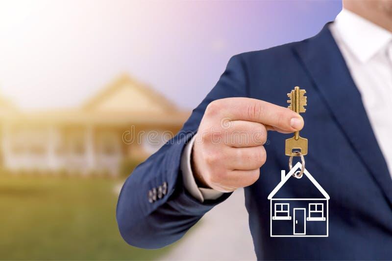 Holdingtasten des Immobilienmaklers lizenzfreies stockfoto