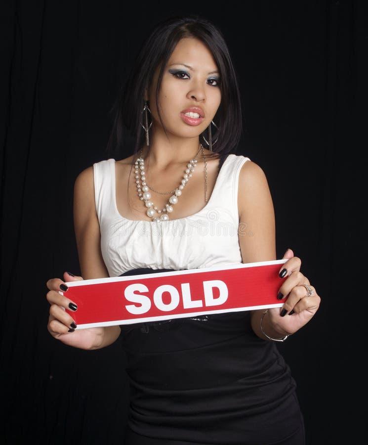holdingtecknet sålde kvinnan royaltyfria bilder