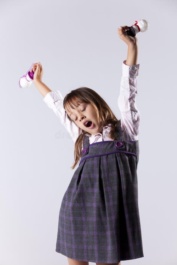 Holdingweihnachtsdekorationen des kleinen Mädchens lizenzfreies stockfoto