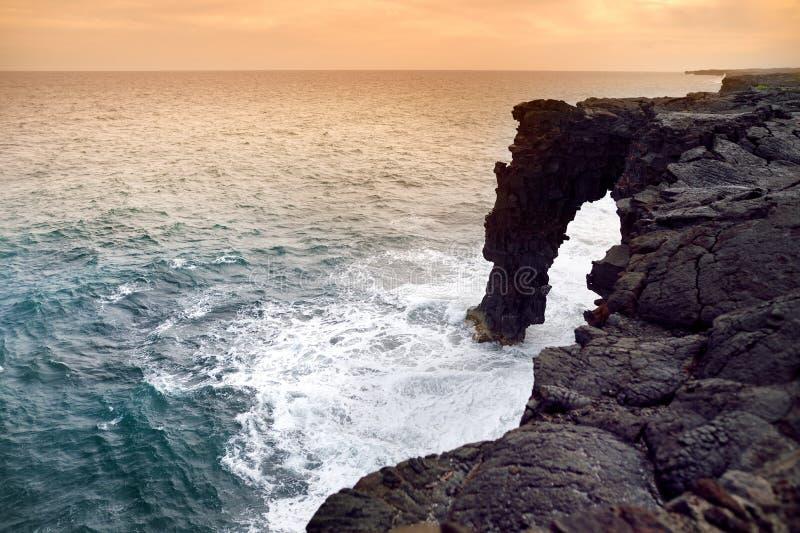 Holei morza łuk przy zmierzchem Naturalny łuk lokalizuje przy końcówką łańcuch kratery Drogowi w Volcanoes parku narodowym na Bi obrazy royalty free
