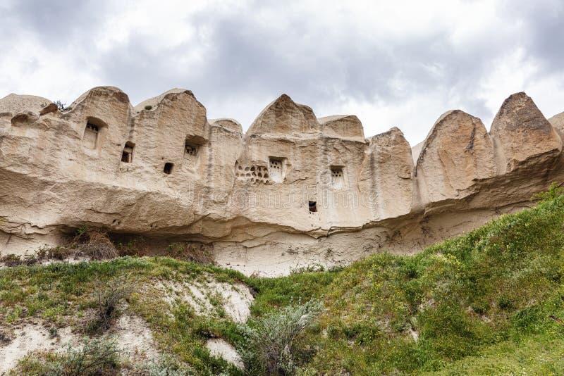 Holen in de zandige bergen van Cappadocia Mooi landschap stock afbeelding