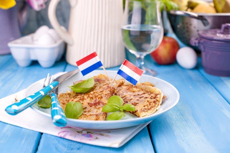 Holenderscy bliny z baleronem i serem Tradycyjny wyśmienicie jedzenie Kwiaty i lunch kosmos kopii obrazy stock
