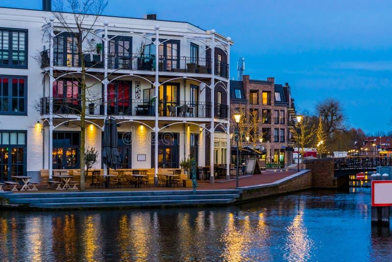 Holenderscy mieszkania z balkonami przy wodą, miasta Alphen aan melina Rijn holandie obraz stock