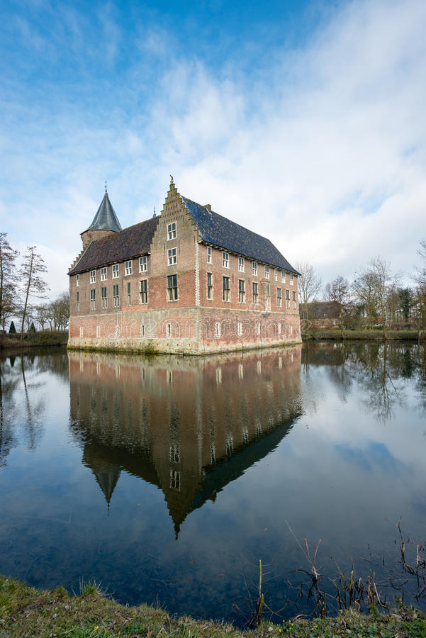 Holenderski średniowieczny kasztel odbijający w fosie zdjęcia royalty free