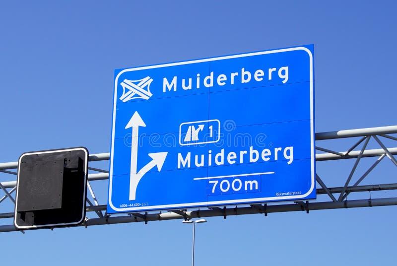 Holenderski autostrady A6 znaka wyjście Muiderberg i guzek Muiderberg obraz stock