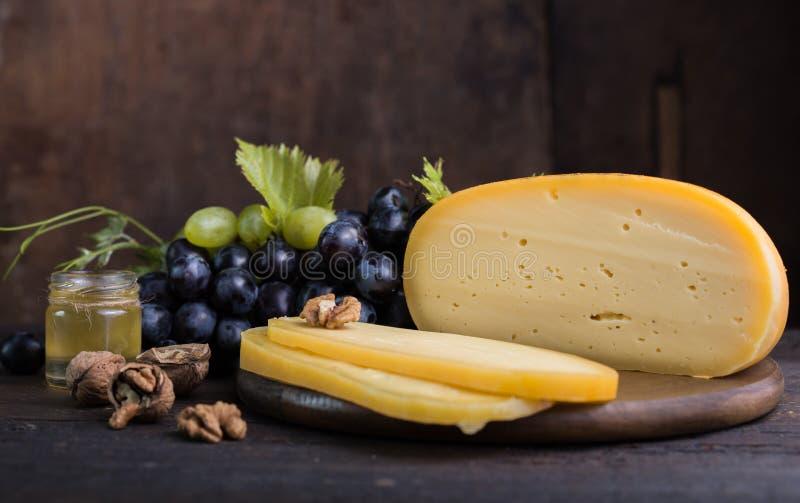 Holenderski ciężki ser Maasdam, Emmentaler, ser z dziurami lub biały ciężki koźli ser, Cały ser, slisec ser serowy dowcip zdjęcie stock