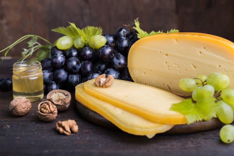 Holenderski ciężki ser Maasdam, Emmentaler, ser z dziurami lub biały ciężki koźli ser, Cały ser, slisec ser serowy dowcip obraz stock