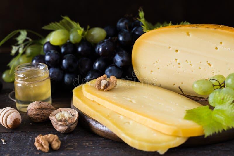 Holenderski ciężki ser Maasdam, Emmentaler, ser z dziurami lub biały ciężki koźli ser, Cały ser, slisec ser serowy dowcip zdjęcie royalty free