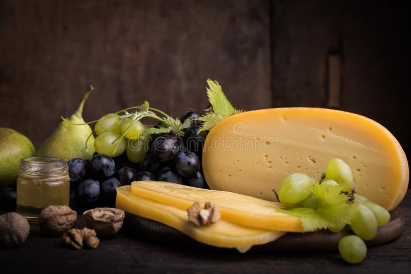 Holenderski ciężki ser Maasdam, Emmentaler, ser z dziurami lub biały ciężki koźli ser, Cały ser, slisec ser serowy dowcip zdjęcia royalty free