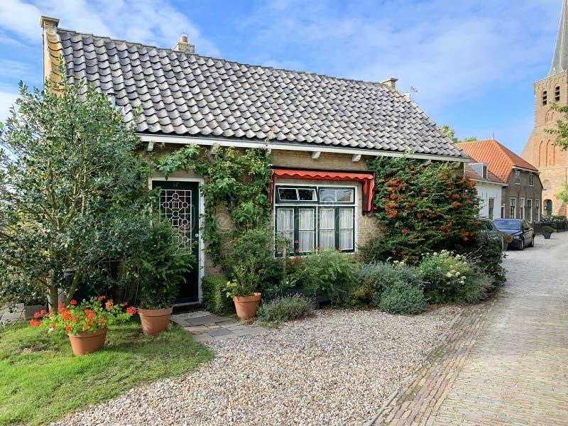 Holenderski dom z cegieł protestanckiego kościoła Het Woud w tle obrazy royalty free