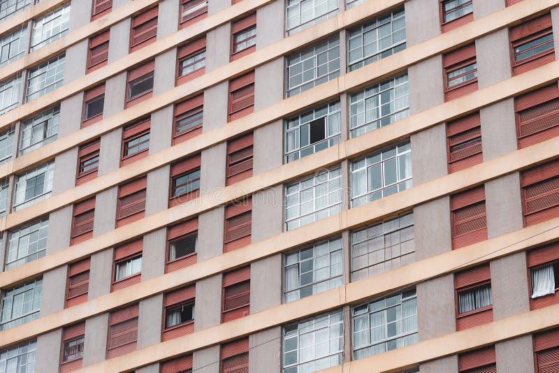 Holenderski kąt strzelał budynku mieszkaniowego wysocy okno fotografia royalty free