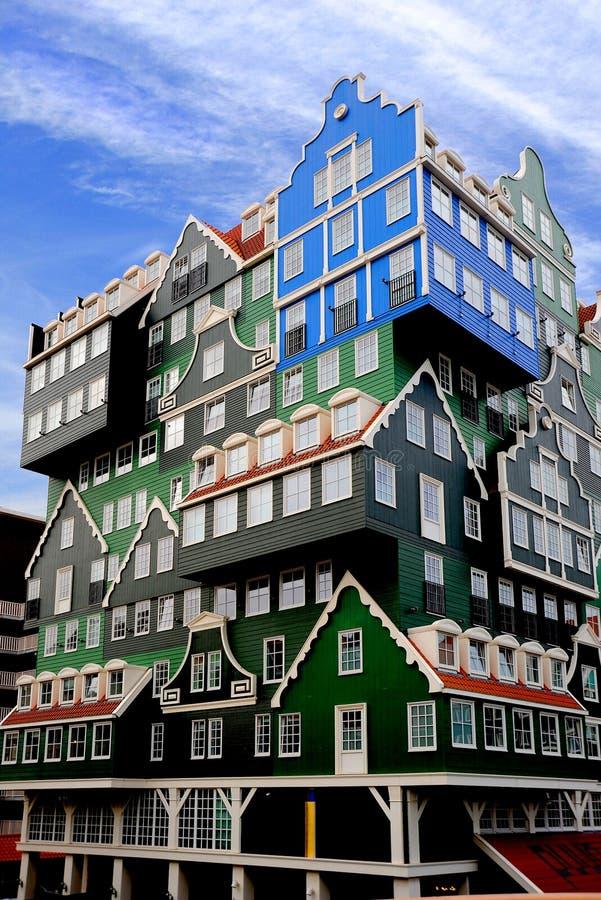 Holenderski oddziaływanie w nowożytnym budynku z wieloskładnikowymi kolorami obrazy royalty free