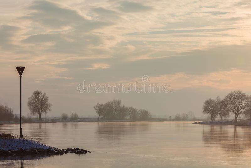 Holenderski rzeczny iJssel podczas zmierzchu w zima zdjęcie royalty free
