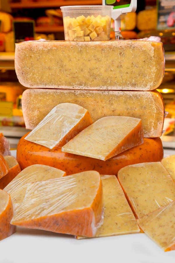 Holenderskiego sera sprzedaży rynku holandii Europa hollands składają zieleń stołu sprzedaży pikantności zielarskiego opatrunkowe fotografia stock
