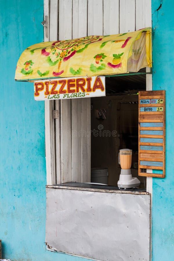 HOLGUIN, ΚΟΥΒΑ - 28 ΙΑΝΟΥΑΡΊΟΥ 2016: Στάβλος που πωλεί μια πίτσα τροφίμων οδών σε Holgui στοκ φωτογραφία