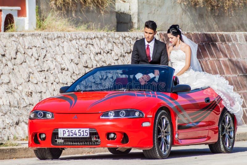 HOLGUIN, CUBA - 28 DE ENERO DE 2016: Pareja de matrimonios nuevamente en su paseo alrededor de la ciudad fotos de archivo libres de regalías