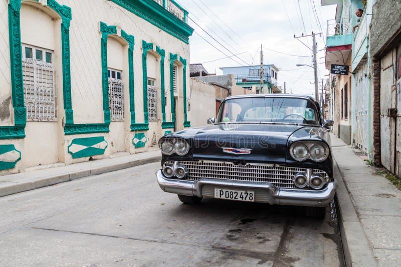 HOLGUIN, CUBA - 28 JANVIER 2016 : Vieux Chevrolet dans une rue de Holgui photographie stock libre de droits
