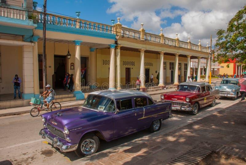 Holguin, Cuba: os carros velhos retros estacionaram na rua no centro da cidade foto de stock