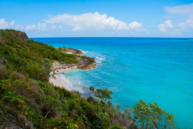 Holguin, Cuba: Overweldigende schitterende mooie, verbazende mening van Holguin-provincie tropisch het uitnodigen strand en rusti stock afbeelding