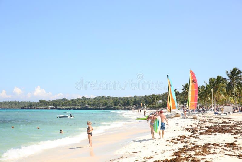 Holguin, Cuba 11 25 Plage 2018 tropicale avec la mer bleue, le ciel bleu et les paumes photographie stock libre de droits
