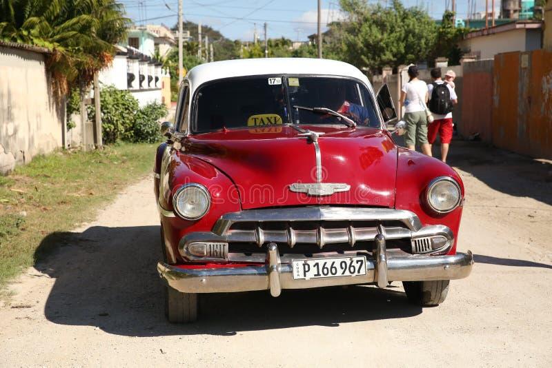 Holguin, Cuba, 11 24 2018 rétros libérations de Chevrolet 1953 de voiture rouges photographie stock libre de droits