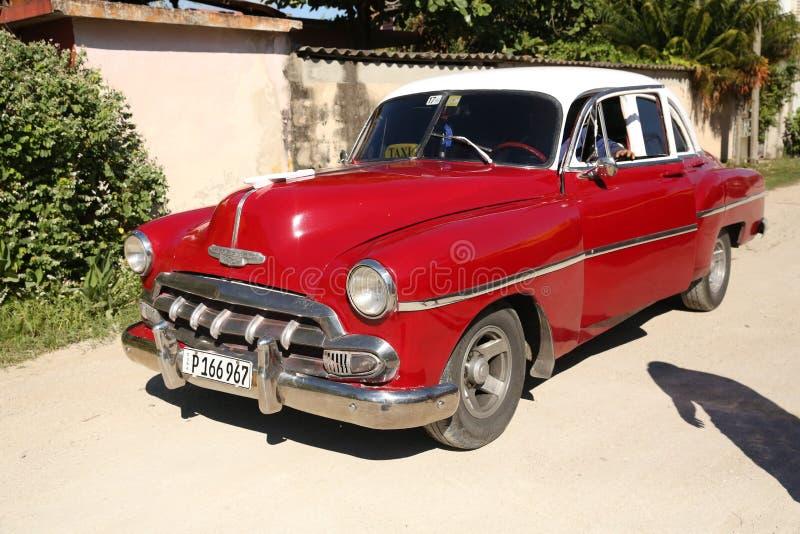 Holguin, Cuba, 11 24 2018 rétros libérations de Chevrolet 1953 de voiture rouges image libre de droits