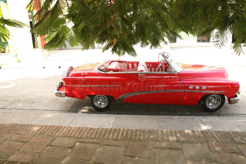 Holguin Kuba, 11 24 för Buick för retro bil 2018 frigörare röd 50-tal royaltyfri foto