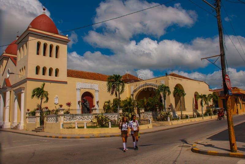 HOLGUIN, KUBA: Kathedrale San Isidoro außen an Peralta-Park gezeigt stockbilder