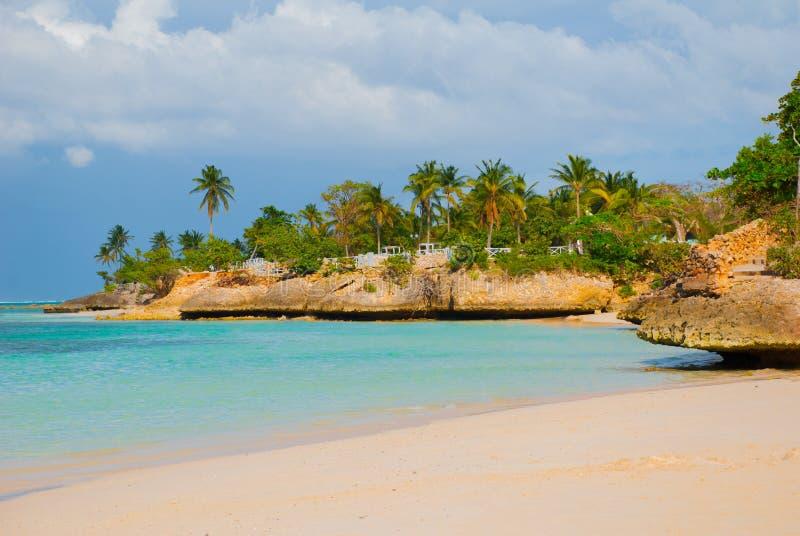 Holguin, praia de Guardalavaca, Cuba: Mar das caraíbas com água bonita de azul-turquesa e areia e palmeiras delicadas Terra do pa fotografia de stock