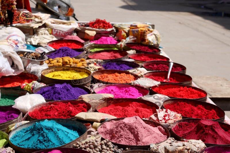 Holi颜色粉末商店在印度, Holi节日的 免版税库存照片