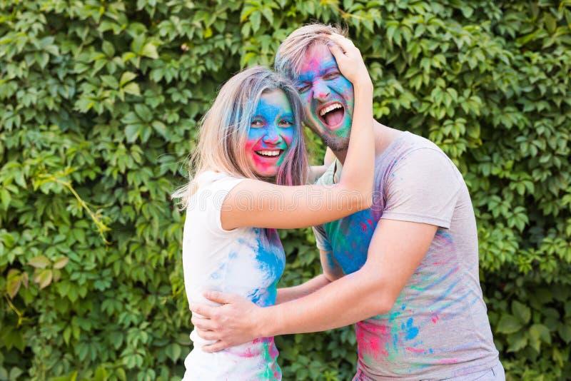 holi,友谊-使用与颜色的年轻人节日在holi节日  免版税库存照片